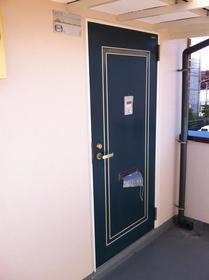 山康ビル 305号室の玄関