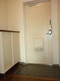 ブロード大和 203号室の玄関