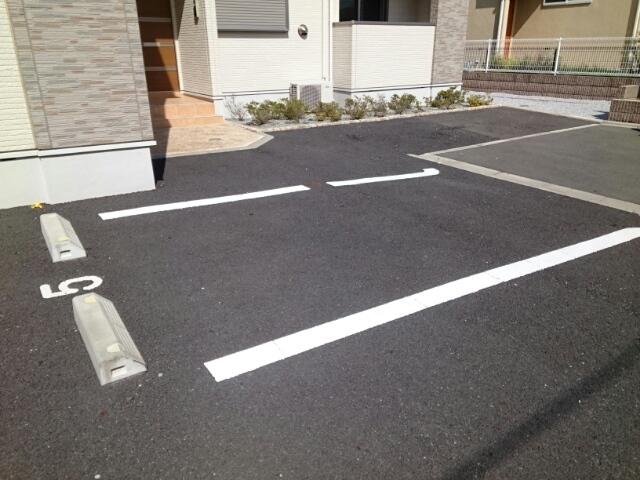 アムールB 02010号室の駐車場
