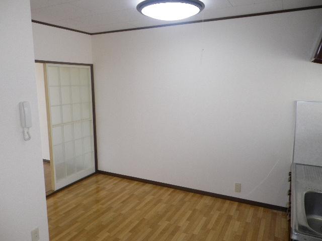 グランデュール芝山 102号室のリビング