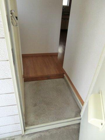 フローラル芝山 B棟 102号室の玄関