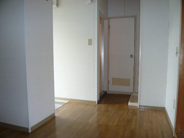ロイヤルハイツA金杉 203号室のリビング